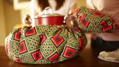 Wonderbag es una bolsa de cocción lenta que ahorra un 30% de energía. Amazon dona una a una familia africana con cada venta.