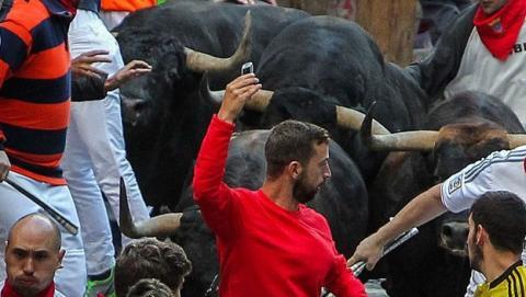 Selfies delante de los toros corriendo los Sanfermines: la nueva y peligrosa moda.