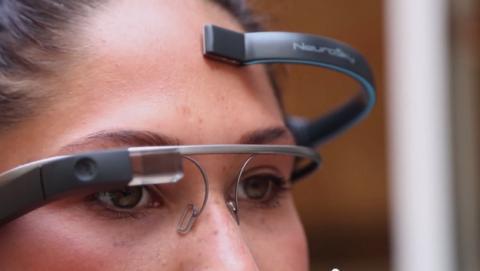 Un casco y la app MindRDR permite hacer fotos y tuitear con la mente, gracias a Google Glass.