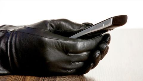 Asesino descubierto por cargar el móvil durante el crimen