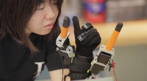 La mano del futuro: siete dedos, dos de ellos robóticos y wearables. Ayudará a las personas mayores y discapacitados.