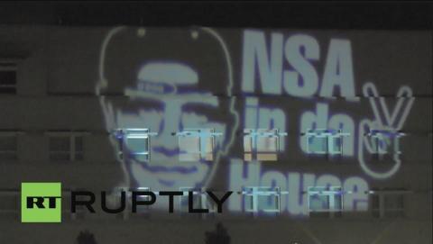 Aparece proyectado un grafiti de Obama rapero en la embajada de Estados Unidos en Berlín, como protesta por el espionaje de la NSA.