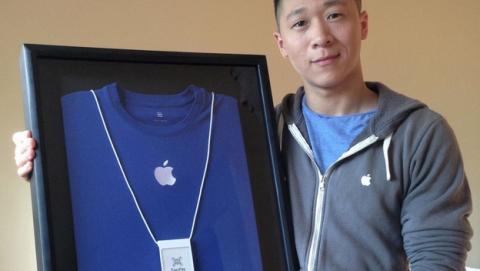 Un trabajador de Apple llamado Sam Sung subasta su tarjeta de empleado para la caridad, por 6.000 dólares.
