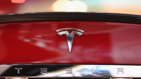 Tesla contrata hacker