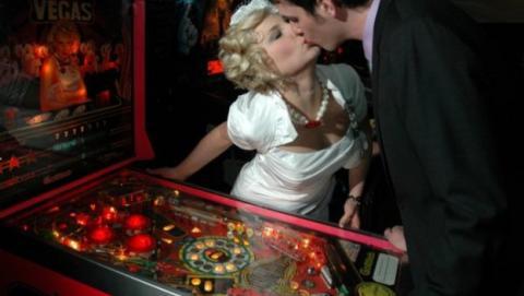 Ochenta años después, las máquinas de pinball dejan de ser ilegales en Oakland. Lo celebran con un torneo... de pinball.