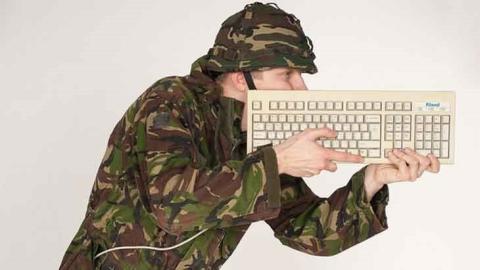 Un teniente del Ejército español, condenado a un año de cárcel por robar 87 ordenadores del Ministerio de Defensa y venderlos en eBay, SegundaMano, y otras tiendas online.