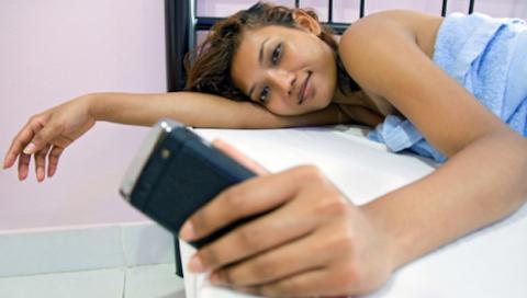 Estudio: Mujeres adictas a mensajearse, hombres a Facebook