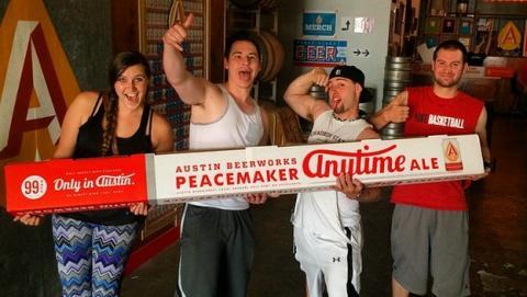 La caja de 99 latas de cerveza, The Peacemaker, arrasa en las redes sociales.