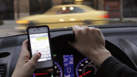Nuevo radar de tráfico detecta si el conductor usa el móvil
