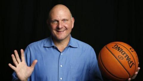 Steve Ballmer, ex-CEO de Microsoft y nuevo dueño de Los Angeles Clippers, obliga a retirar los iPhones y iPad del equipo y los sustituye por dispositivos con Windows.