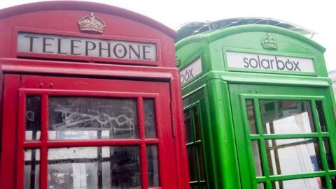 Las cabinas telefónicas de Londres recargan el smartphone gratis mediante energía solar.