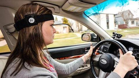Estudio afirma que hablar a Siri y conducir es muy peligroso