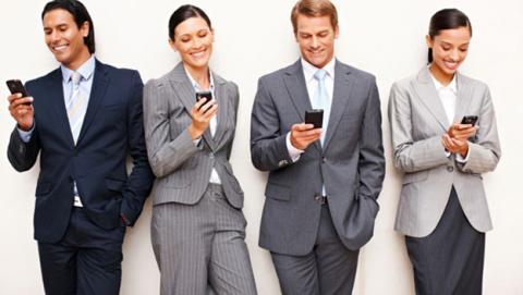 Estudio asegura que cogemos el móvil 1.500 veces a la semana y lo miramos durante 3 horas al día