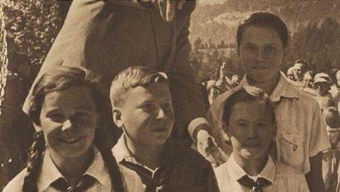 Sube el perfil de Hitler a Tinder...y liga con varias chicas