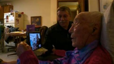 Mujer de 113 años miente con su edad para entrar en Facebook.