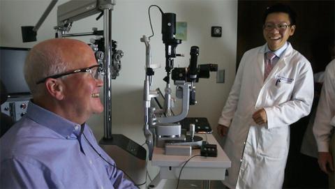 Larry Hester vuelve a ver con ojo biónico