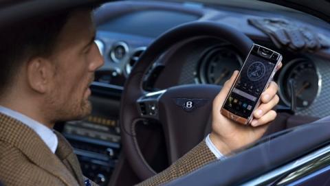 Llega el móvil de 12.500€ de la mano de Vertu y Bentley