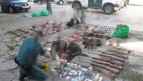 Detienen a cuatro cazadores furtivos por subir vídeo a Facebook. Incautan armas ilegales y droga.