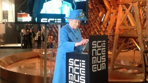 La Reina de Inglaterra envía su primer tuit en Twitter.