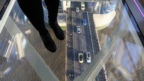 ¿Pasearías por este suelo de cristal del Puente de la Torre de Londres?