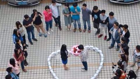 Le pide matrimonio rodeada de 99 iPhone 6 y ella dice...¡No!