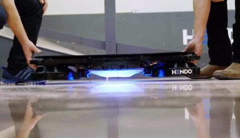 Tony Hawk prueba por primera vez el monopatín voladora