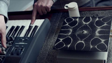 Cymatics, el arte de visualizar las ondas de sonido en un espectacular vídeoclip del artista Nigel Stanford.