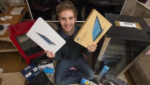 Amazon envía por error 51 paquetes a un estudiante británico... Admite su error y se los regala.