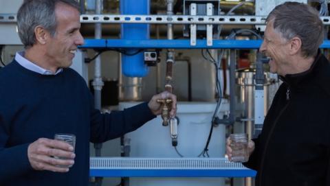 Bill Gates anuncia máquina que convierte excremento en agua