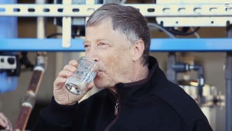 Bill Gates bebe agua extraída de excrementos humanos.