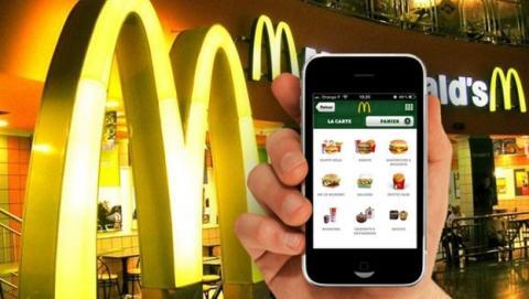 McDonalds estrena la recarga inalámbrica de móviles en sus restaurantes, con el estándar Qi.