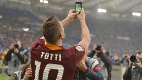 Totti hace un selfie en la celebración de su gol con la Roma