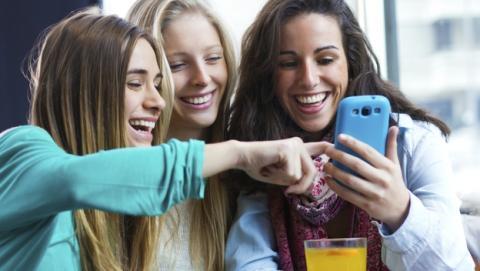 Usar Facebook y Twitter reduce el estrés... en las mujeres.