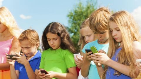 Taiwan multará a los padres cuyos hijos abusen del móvil.