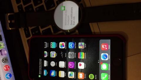 Consiguen que el reloj Moto 360 con Android Wear funcione con un iPhone y un iPad.