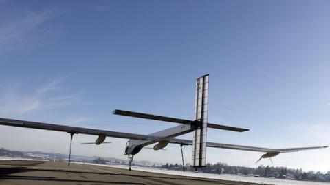 El primer avión Solar Impulse 2 comienza su vuelta al mundo