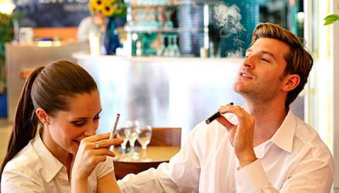 La actual legislación ley se impone al cigarro electrónico unas restricciones de uso similares a las del tabaco