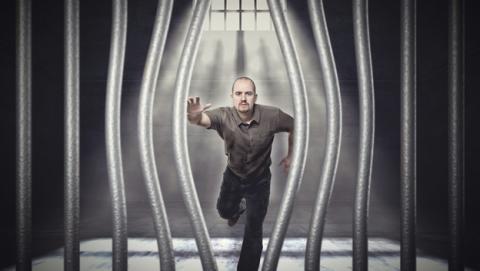 Cómo escapar de prisión con un móvil robado y un email falso.