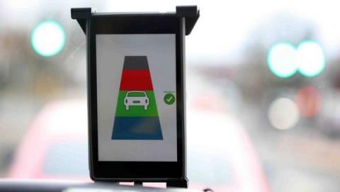 Gadget para conductores cambia el semáforo de rojo a verde.
