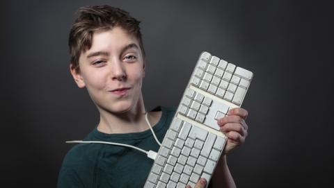 Niño de 14 años podría ir a la cárcel por cambiar el fondo de pantalla del ordenador del colegio.