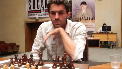 El Gran Maestro de Ajedrez Gaioz Nigalidze, pillado haciendo trampas con su iPhone durante una partida.