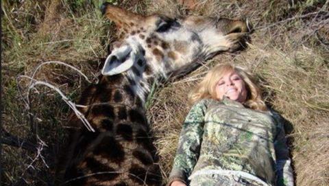 Las fotos obscenas de una cazadora irritan a Ricky Gervais y a Twitter, y terminan en amenazas de muerte.