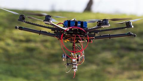 Crean un dron que lleva una impresora 3D para hacer refugios