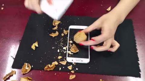 Nuevo uso del Samsung Galaxy S6, hacer de cascanueces