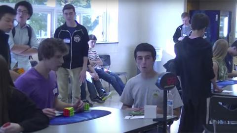 Un adolescente resuelve el cubo de Rubik en 5,25 segundos
