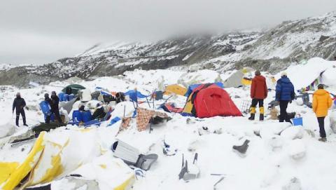 El campamento en la base del Everest quedó sepultado en una avalancha