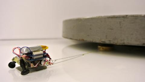 MicroTugs robots levantan 100 veces su peso