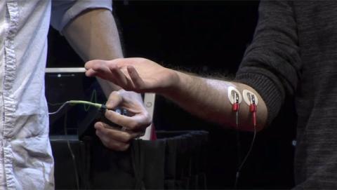 Cómo controlar el brazo de otra persona con tu cerebro