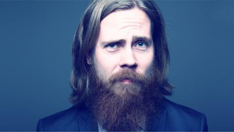 Besar a un chico con barba igual que meter cabeza en un water
