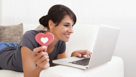 Tinder niega, enfadada, que el 42% de sus usuarios tengan pareja. Polémica con los estudios de Internet.